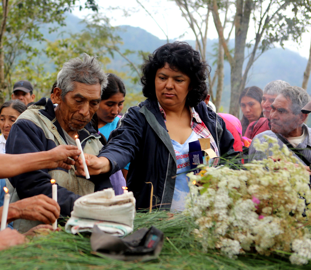 Berta Cáceres con su pueblo Lenca