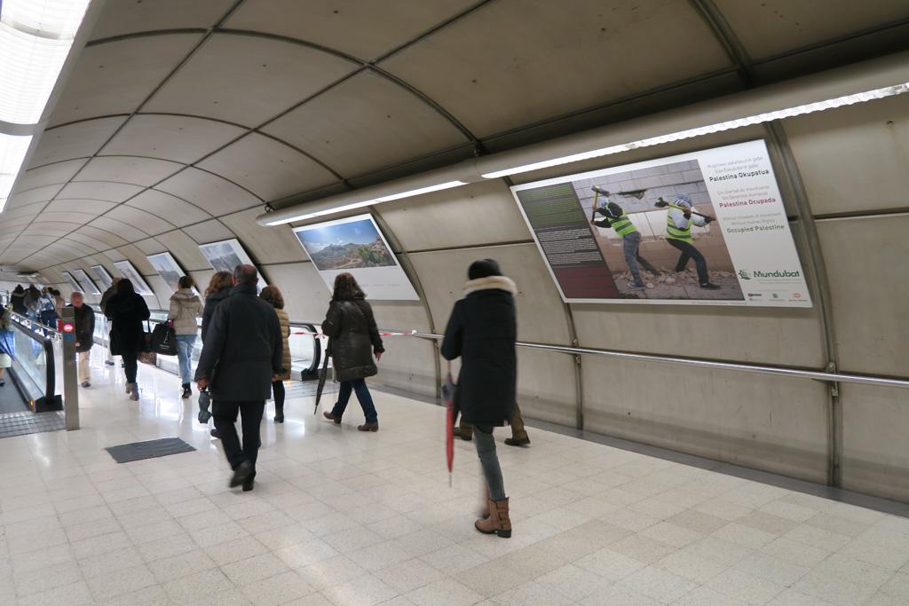 Exposición Palestina Ocupada en el Metro de Bilbao