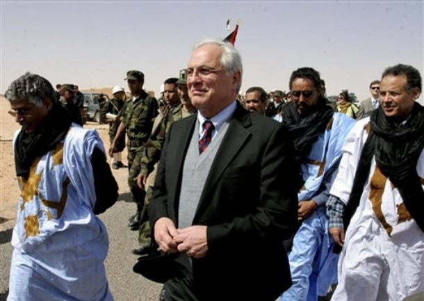 U.N. peace envoy Christopher Ross, center, walks into Smara refugee camp in the Western Sahara, Saturday, February 21, 2009. Crowds of women and children welcomed Ross with chants as several hundred Saharawi troops paraded in full combat dress to mark his first visit to the territory since his appointment in January. (AP Photo/Alfred de Montesquiou)