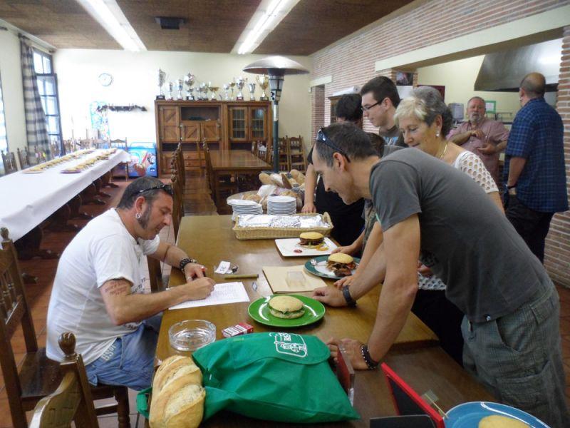 Juan Ma Oribe apunta los datos del bokata que sería el ganador. Su creador es José Gutiérrez.